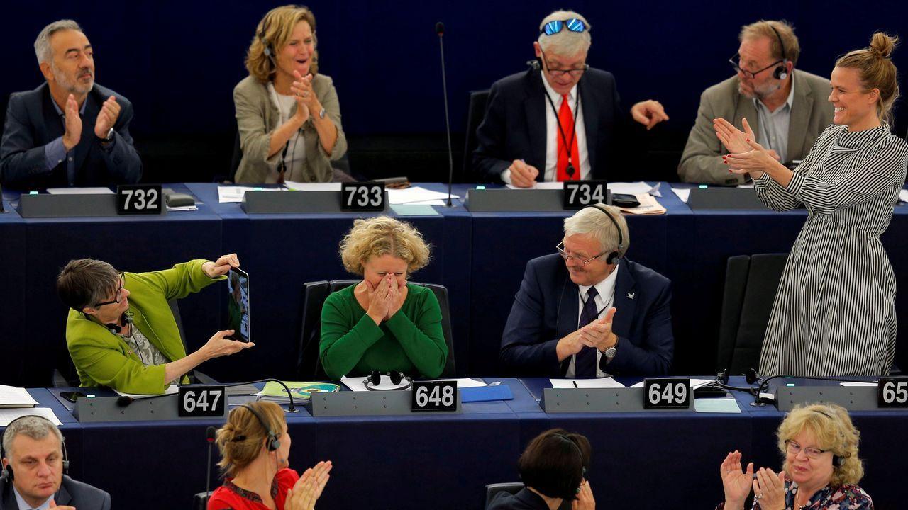 Varios eurodiputados celebran la aprobación de la reforma de la ley de los derechos de autor.