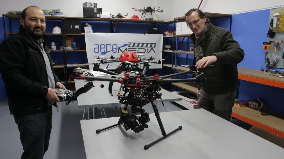 Aquilino Abela muestra uno de los cinco drones de Aeromedia