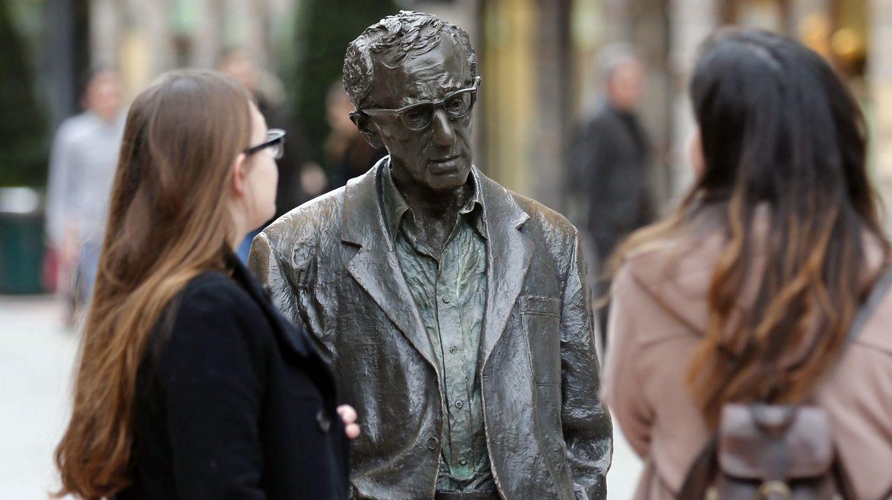 Belarmino Feito y Wenceslao López.El Ayuntamiento de Oviedo mantendrá la estatua del cineasta Woody Allen en la céntrica calle de las Milicias Nacionales después de que el Consejo de Igualad haya analizado hoy la petición formulada por la Plataforma Feminista de Asturias para su retirada.