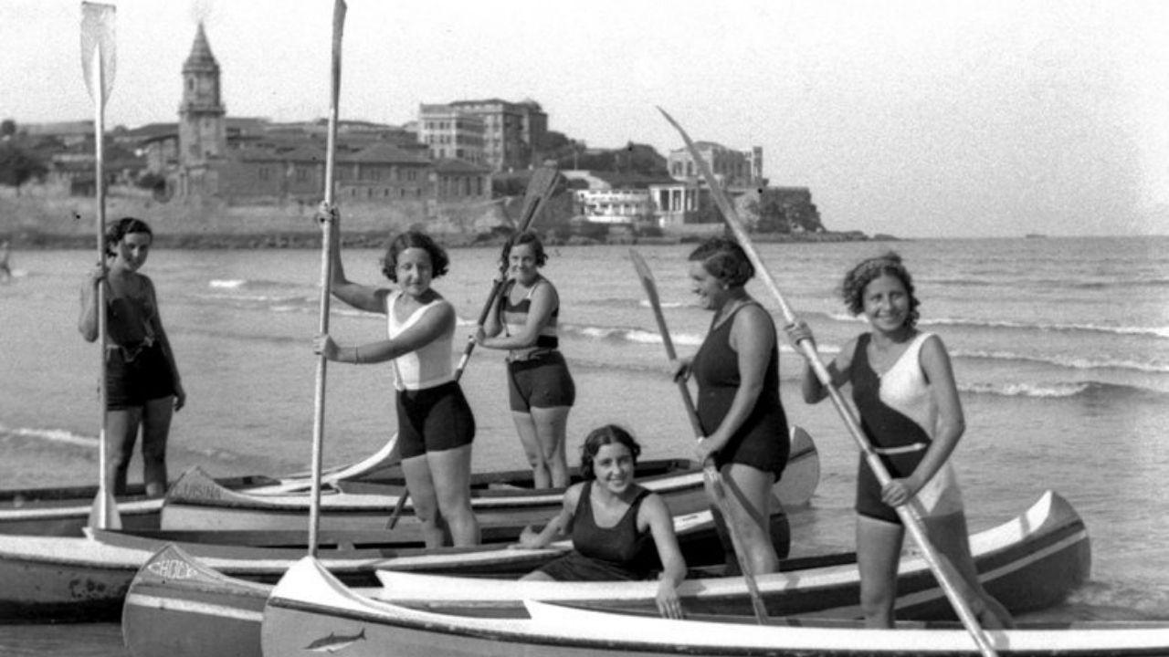 Fotografía antigua de Gijón.XUNETU. Moces en canoa en la playa de San Lorenzo,  hacia 1934