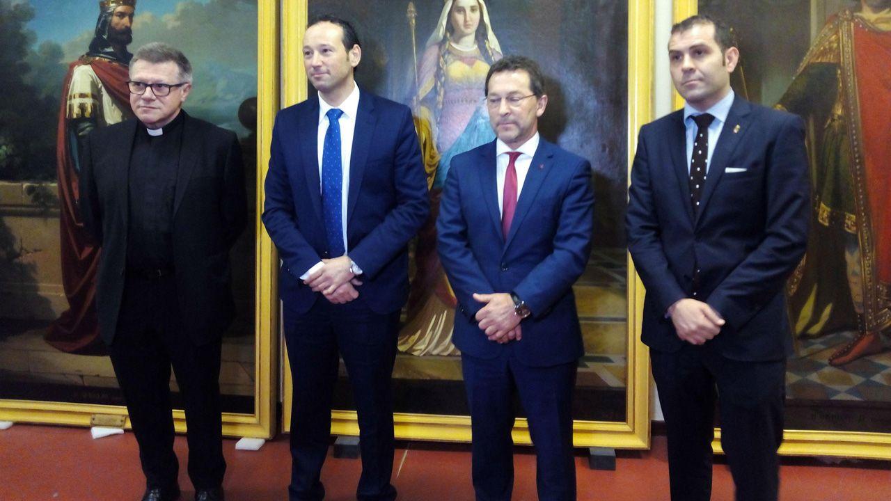 De izquierda a derecha: El abad del Santuario de Covadonga, Adolfo Mariño; el consejero de Presidencia, Guillermo Martínez; el consejero de Educación y Cultura, Genaro Alonso; y, el alcalde de Cangas de Onís, José Manuel González