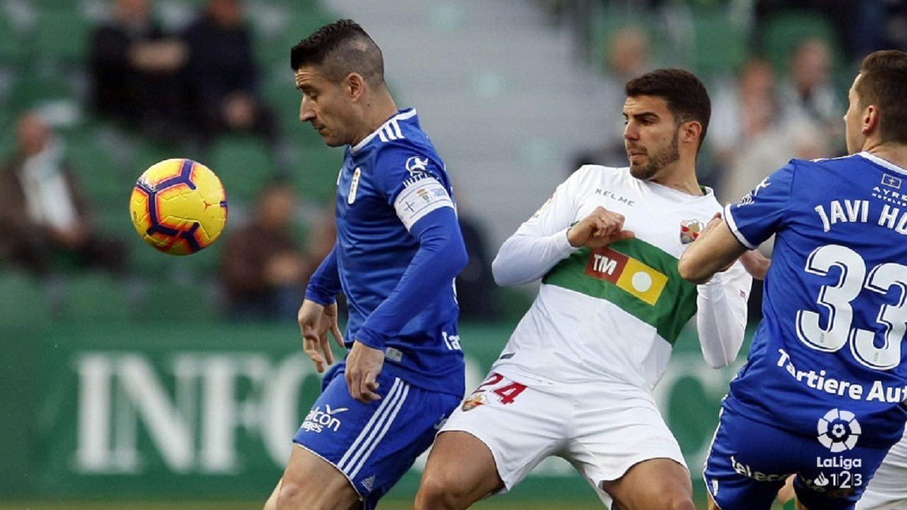 Saúl Berjón controla un balón ante Alex González