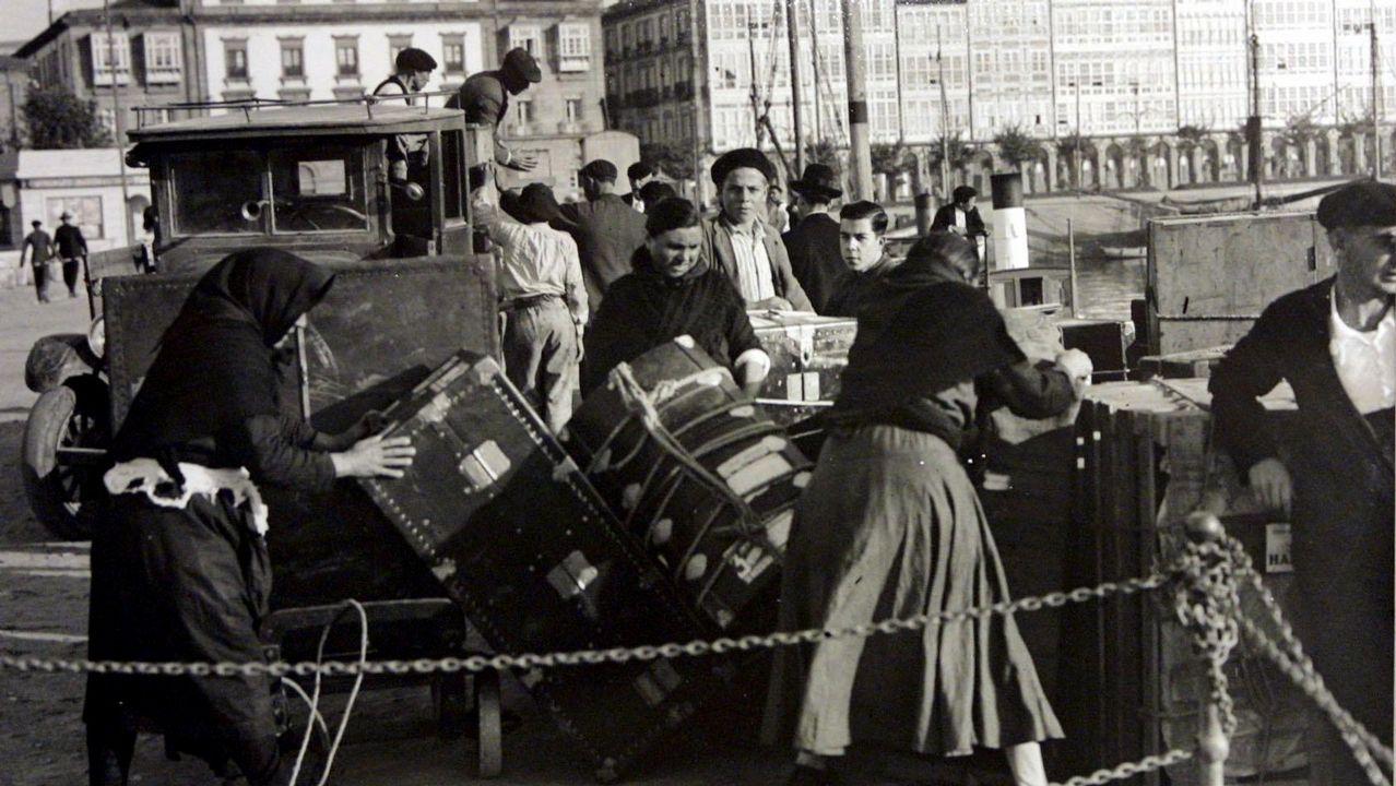 Así fue la visita de Alberto Núñez Feijóo a Zas y Baio.Embarque de emigrantes en un barco para América desde A Coruña