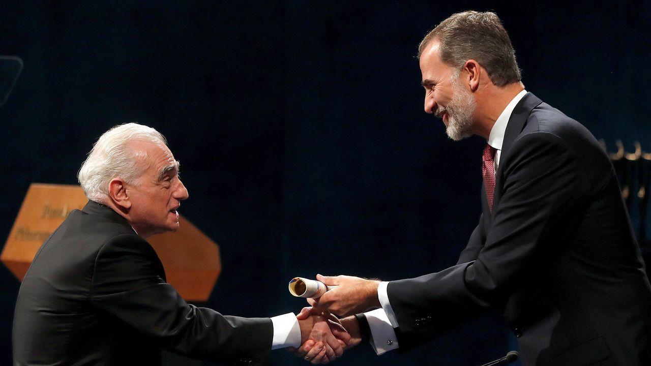 El rey Felipe junto al cineasta estadounidense Martin Scorsese, ganador del premio de las Artes, durante su asistencia a la ceremonia de entrega de los Premios Princesa de Asturias.