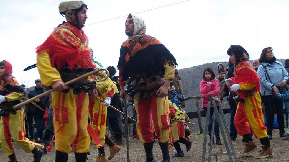 Domingo carnavalesco y gastronómico en Chantada, Navia de Suarna y Taboada.Una fotografía de los integrantes de la coral de Taboada a principios de los años ochenta del pasado siglo