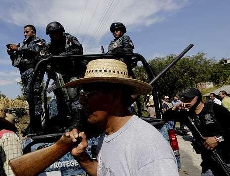 .Policía y autodefensas siguen buscando a los desaparecidos, pese al anuncio del fiscal.