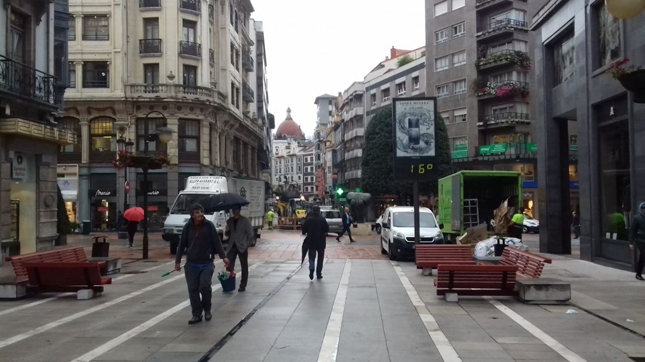 Un termómetro marca 16 grados en el centro de Oviedo