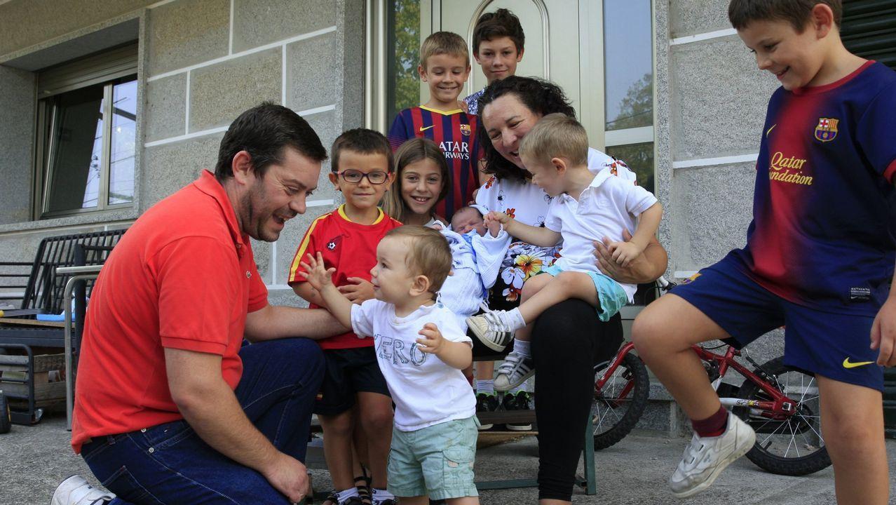 Las mil y una marquesinas gallegas.Una familia numerosa de Ourense en una imagen de archivo