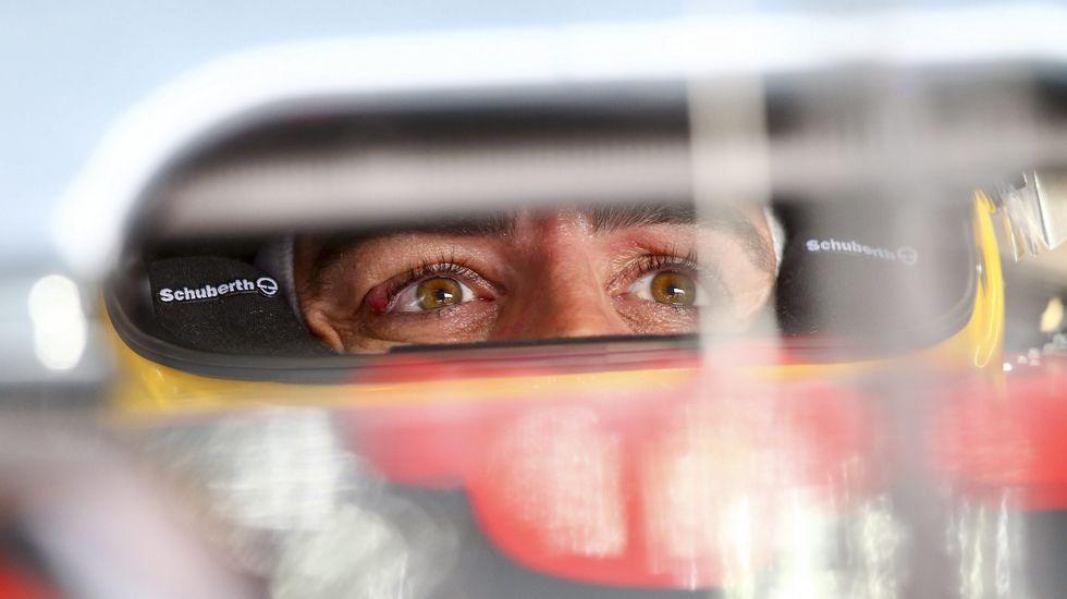 Fernando Alonso pilota su kart bajo un fuerte aguacero.
