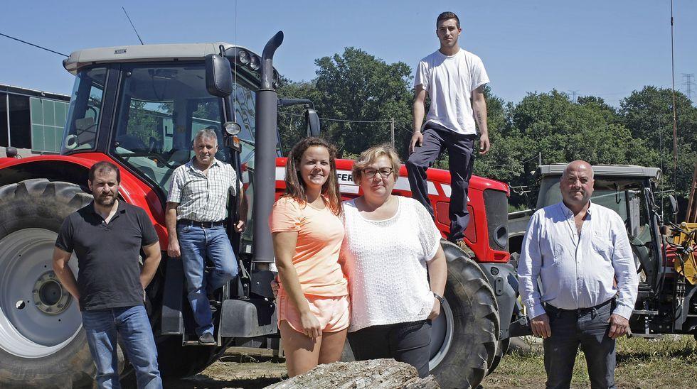 .En pie para defender al sector. En la imagen, de izquierda a derecha, José Ángel, Patricia, Mari Luz, Alfonso y Antonio en Cambás.