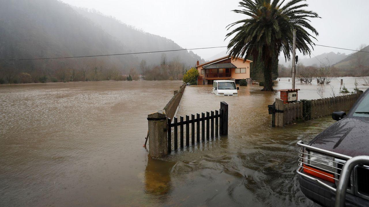 Vista del Sella desbordado a su paso por Santianes (Arriondas)