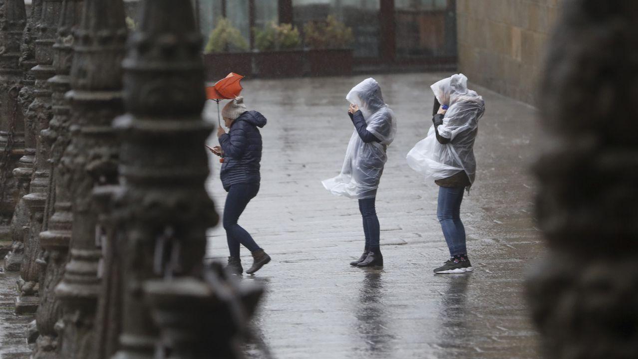 Altas temperaturas en Galicia.Las  consecuencias del temporal de lluvia y viento en Santiago