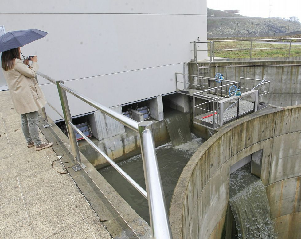 Aguas residuales saliendo de la EDAR, en foto de archivo.