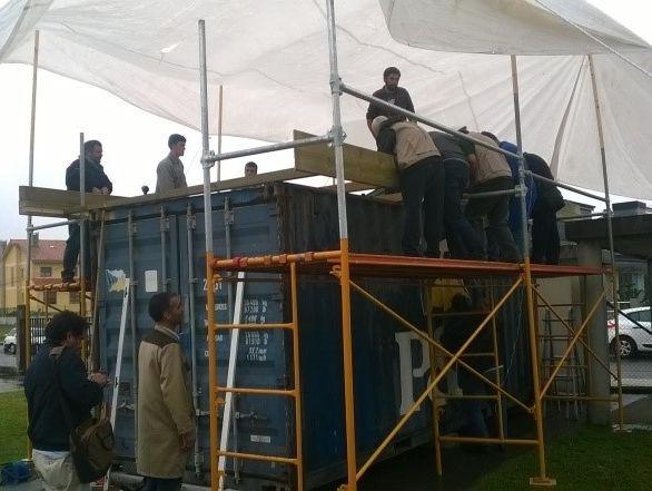 Los alumnos del ciclo de carpintería participaron en la transformación del contenedor y sus socios europeos trabajaron estos días en Melide