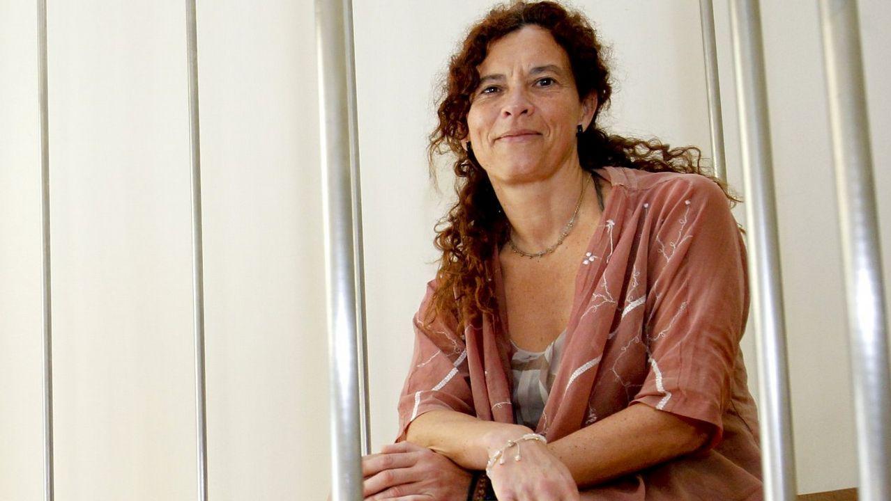 Julia Torregrosa (Parlamento de Galicia). Entró en el Parlamento en sustitución de Juan Merlo, dentro del sector de Podemos afín a Carmen Santos. Fue en la lista de Bescansa y formó parte de la candidatura de Bruzos