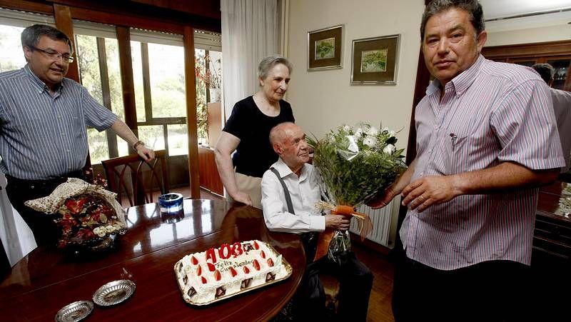 Así celebró los 108 años Josefa.Alumnos durante el primer día de clase del año pasado en el colegio Curros Enríquez.