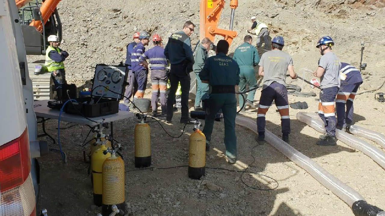 Estos son los 8 mineros encargados de rescatar a Julen.Los mineros en la boca del pozo abierto para el rescate de Julen