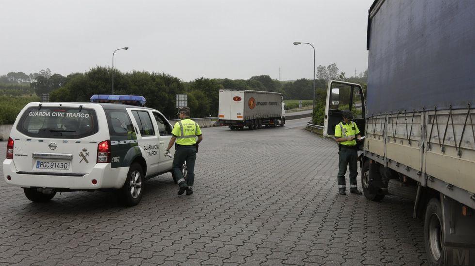 Foto de archivo de un control de tráfico de la Guardia Civil