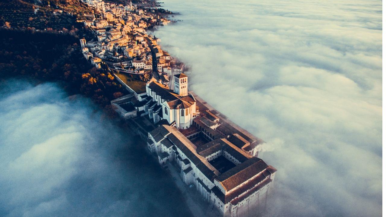 «Asís», la ciudad italiana de la región de Umbría, rodeada de niebla ha sido la ganadora en categoría urbana