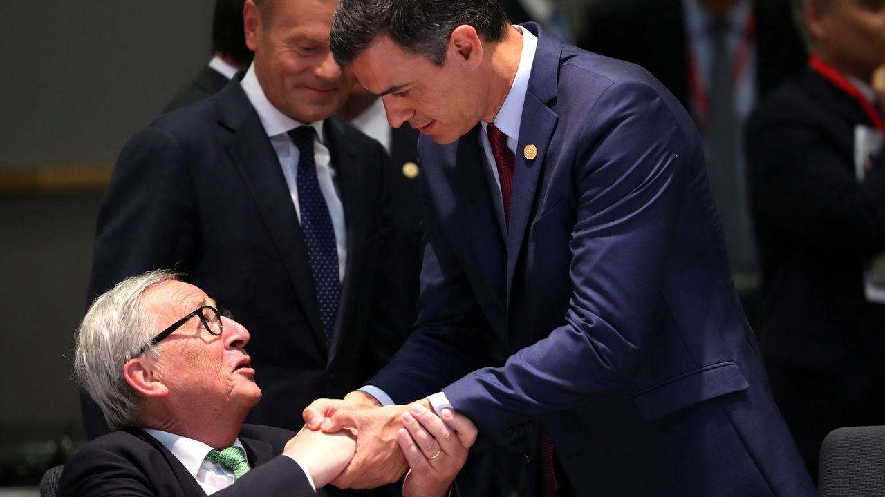 Sánchez saluda a Juncker, en la primera reunión para la elección de su sucesor en la Comisión