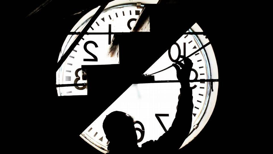 Un día de 25 horas ¿por qué?.Relojes en el parque de Volksgarten de Duseldorf