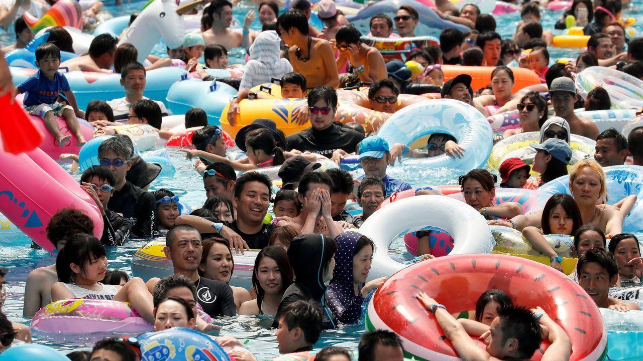 Baño multitudinario en una piscina de Tokio