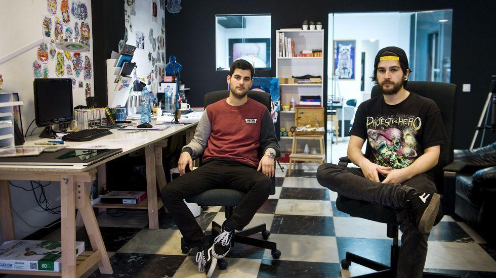 MONSTERS & TATTOOS Pablo López y Joaquín Ayala. El estudio de la calle Magdalena comenzó a funcionar el pasado lunes aunque los socios llevan ya tres años en el mundo del tatuaje.