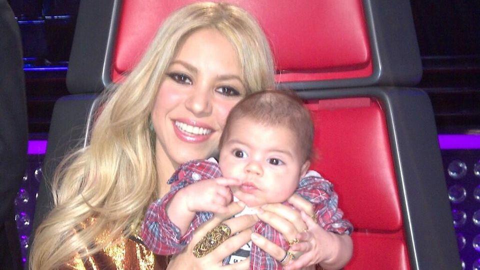 Shakira vs. Shakira.Shakira, junto a su hiijo Milán Piqué, en el plató de «La Voz».