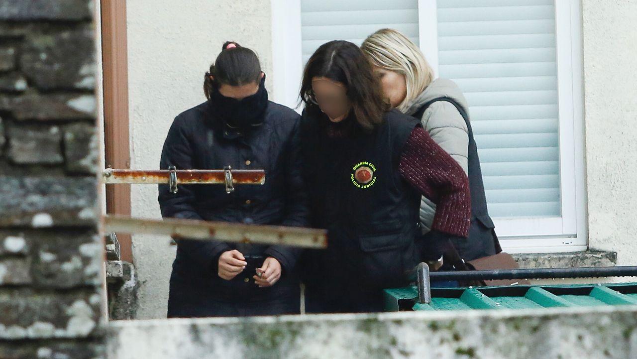 La mujer del detenido saliendo del cuartel de la Guardia Civil en Padrón