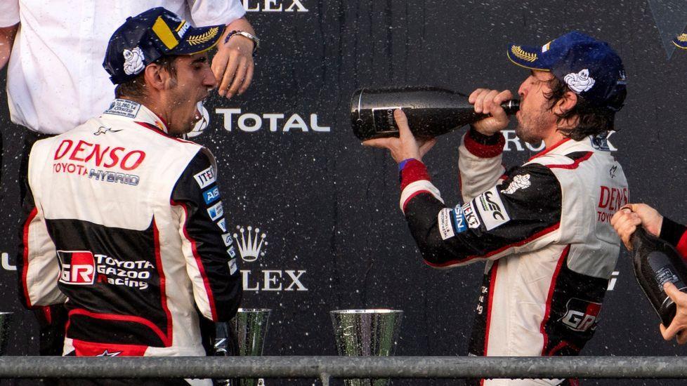 El piloto español Fernando Alonso (d), junto a su compañero Sebastien Buemi en el podio tras proclamarse campeones de las Seis Horas de Spa, que se disputa en el circuito belga de Francorchamps