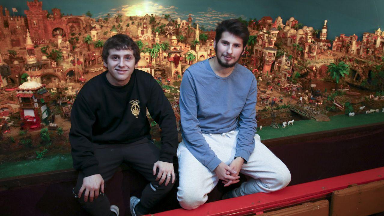 Los hermanos Israel y Jordán de la Vega colaboran con el belén desde niños. Ahora, con 22 y 20 años, se siguen ocupando de mover las tanzas que hacen posible que las figuritas cobren vida