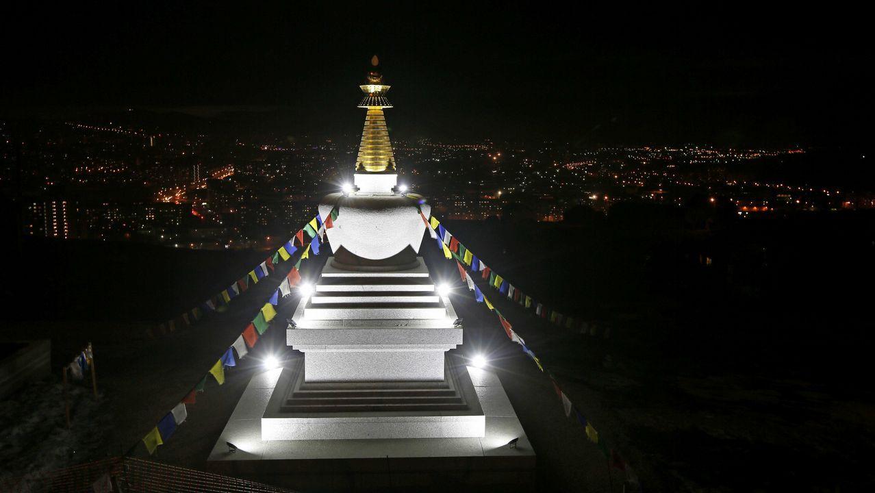 Vista de un monumento religioso en Krasnoyarsk (Rusia) momentos antes del apagado de luces