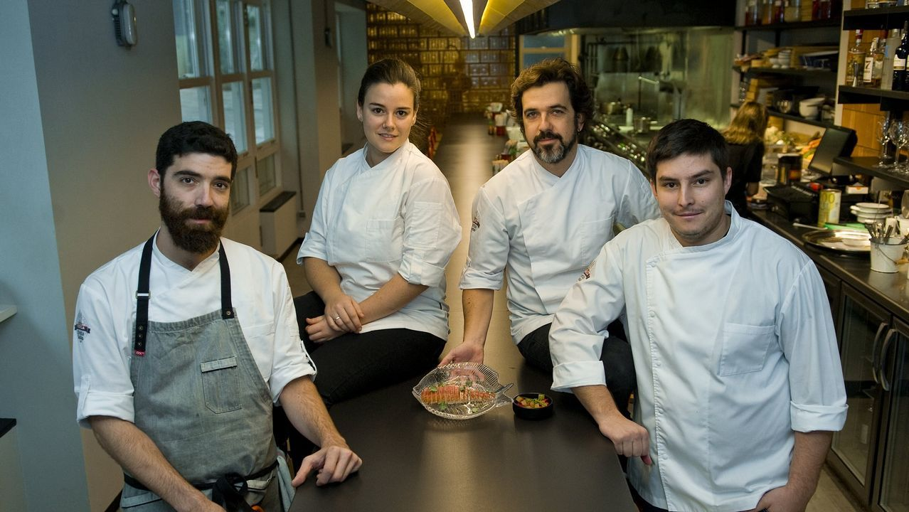 Berasategui y David de Jorge invitan a comer en el restaurante de prácticas del Carlos Oroza.Juanma Castaño