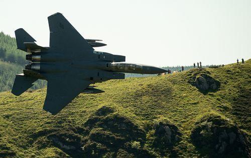 .Un avión militar F-15 de las fuerzas aéreas estadounidenses, haciendo una maniobra en el norte de Gales