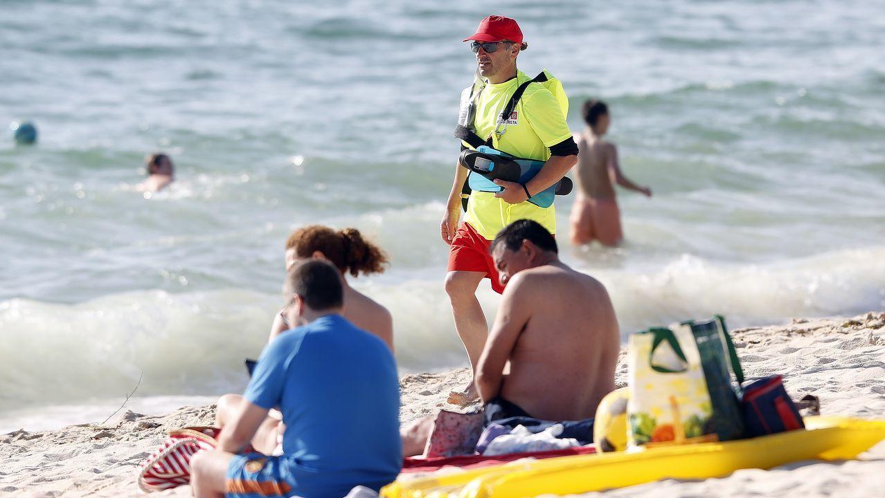 Una socorrista vigila atentamente la zona de baña en la playa coruñesa del Orzán