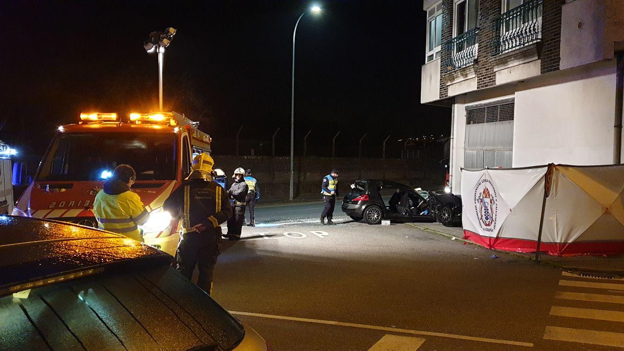 El conductor del Renault Mégane perdió el control del coche y se fue a estrellar contra un edificio situado en el borde de la carretera