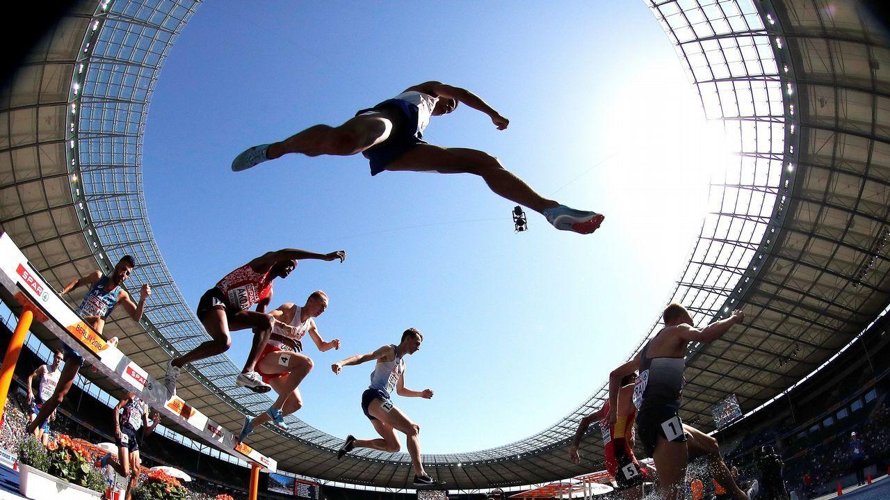 Atletas compitiendo en la prueba de los 3000 metros obstáculos masculinos en los Campeonatos de Europa de Atletismo que se celebran en Berlín