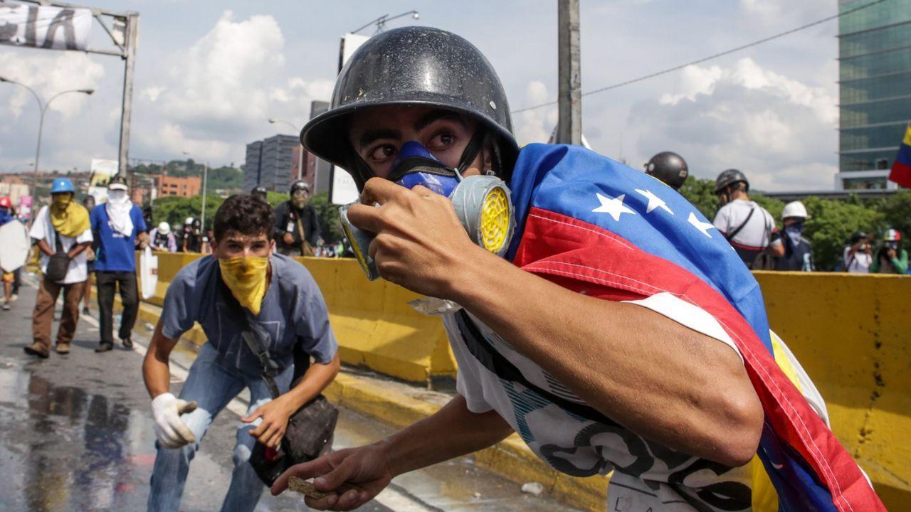 | EFE.Manifestantes se enfrentan a la policía en una protesta en las calles de Caracas, el pasado mes de mayo