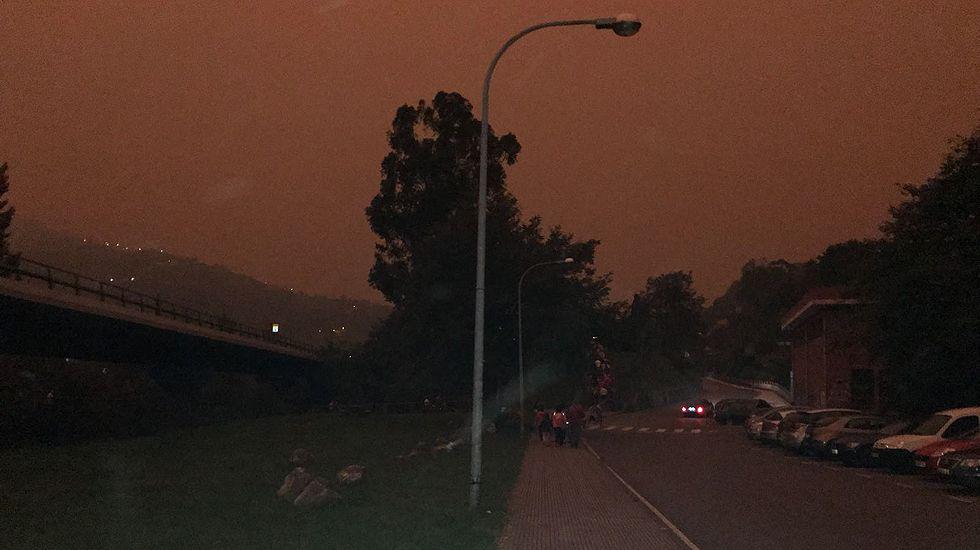 Los incendios provocan un oscuro amanecer en Asturias
