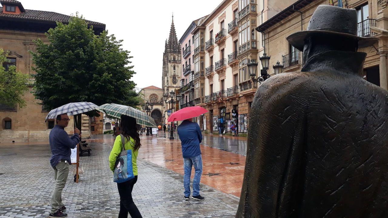 Turistas en Asturias con lluvia.