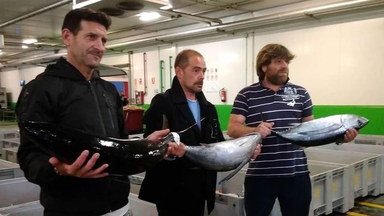 Unos turistas consultan un plano de Oviedo en la calle Uría.El jefe de Policía de Asturias, Juan Jesús Herranz, jura el cargo. Detrás, el delegado del Gobierno en Asturias, Mariano Marín