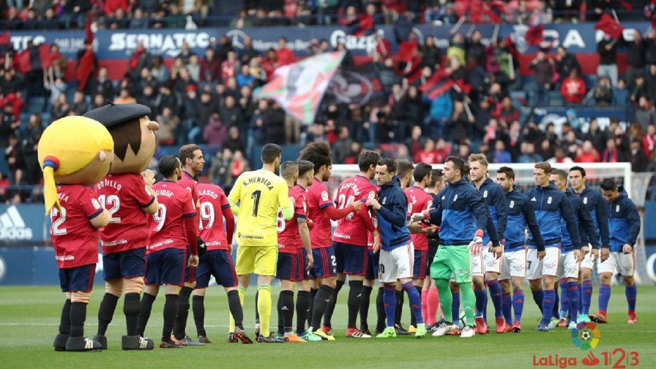 Jugadores de Osasuna y Oviedo al inicio