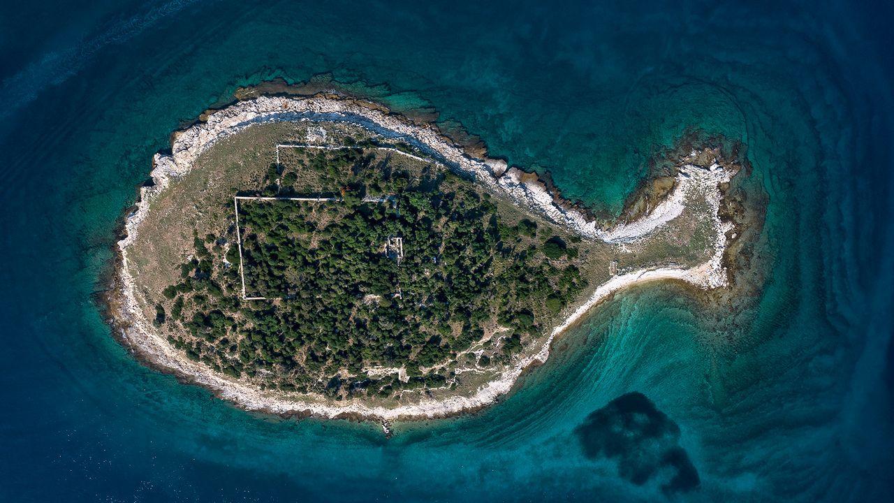 Vista desde el aire, una isla en la costa croata tiene una forma que parece una ballena