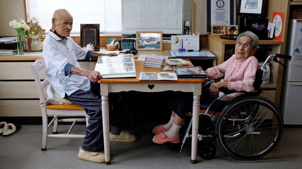 El matrimonio más longevo del mundo: Masao Matsumoto y Miyako Matsumoto miran álbumes de fotos en su habitación en una residencia de ancianos en Takamatsu, Japón