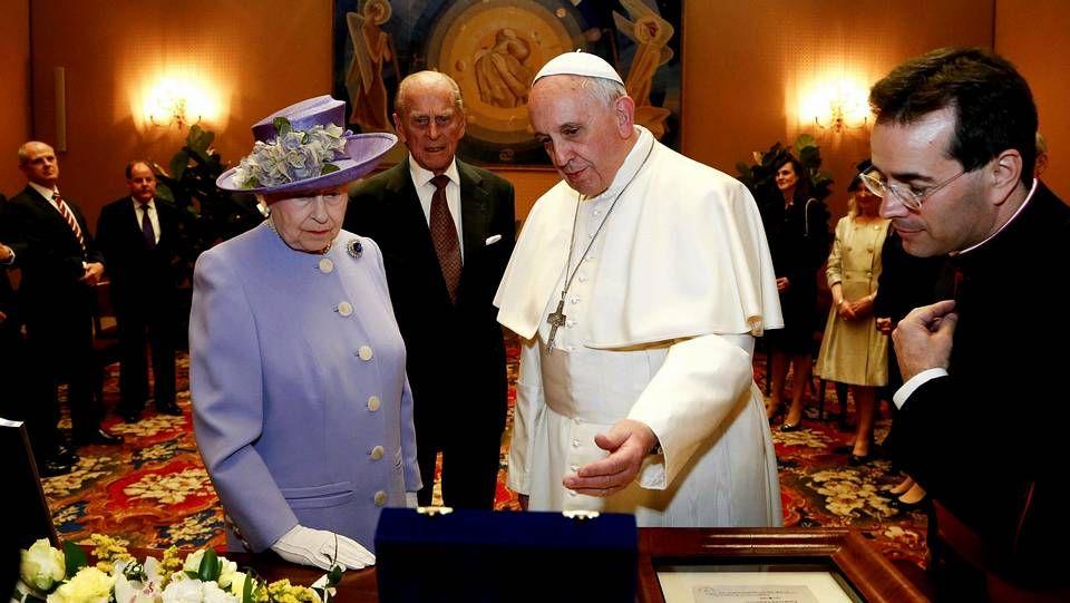 Cruz Crucifijo.La reina Isabell II con el papa Francisco durante su encuentro en el Vaticano