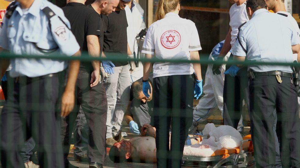 Siguen los enfrentamientos en Israel.La policía cachea a un joven palestino en Jerusalén