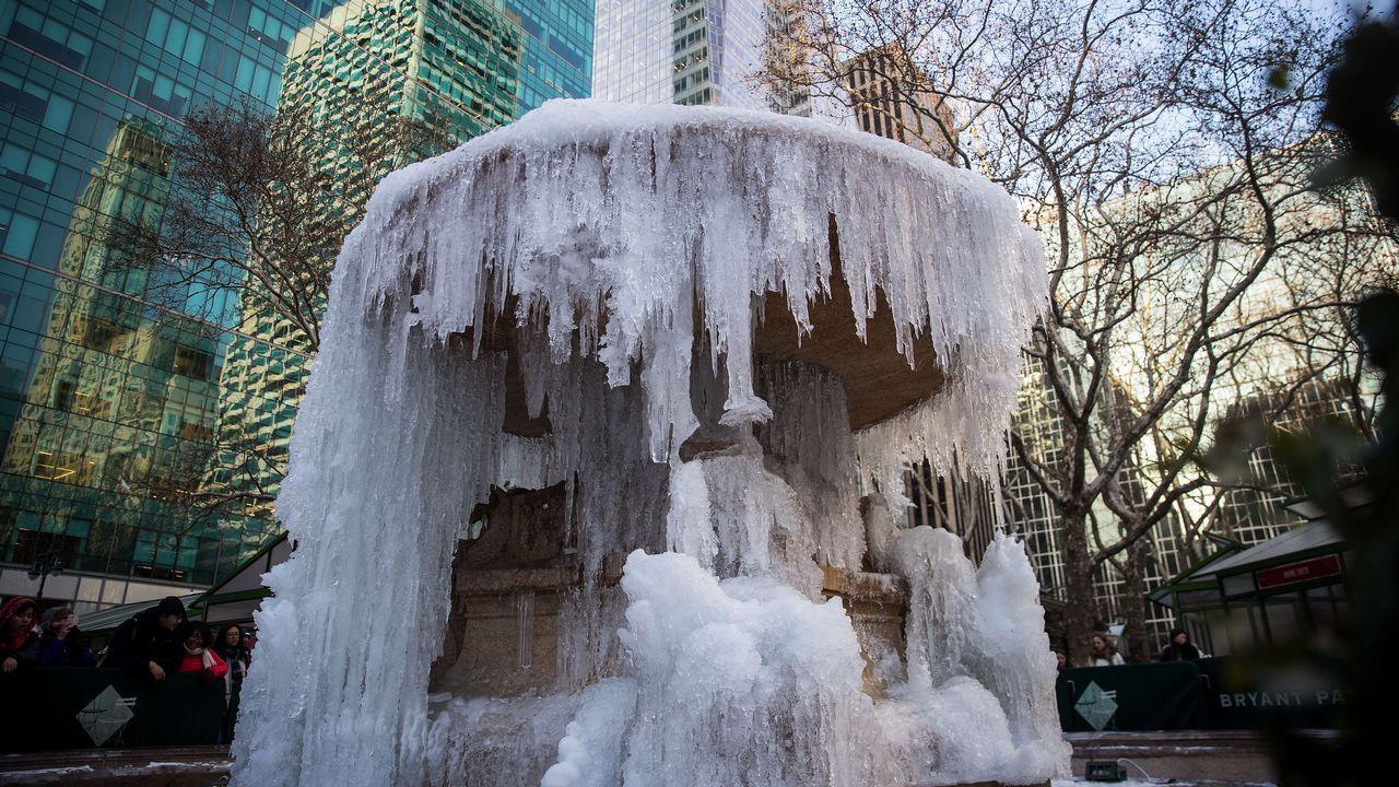 Agua congelada en una fuente del Bryant Park, en Nueva York