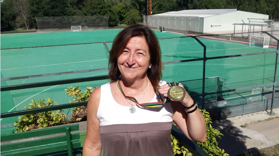 .María Ángeles Rodríguez posa con la medalla.