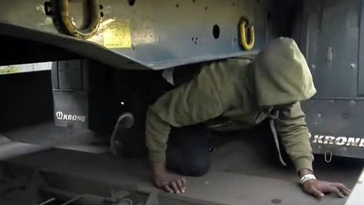 La Policía italiana utiliza cañones de agua contra los refugiados.Las mafias llegan utilizar el interior de la motos de agua para transportar a los inmigrantes que pretenden llegar a España