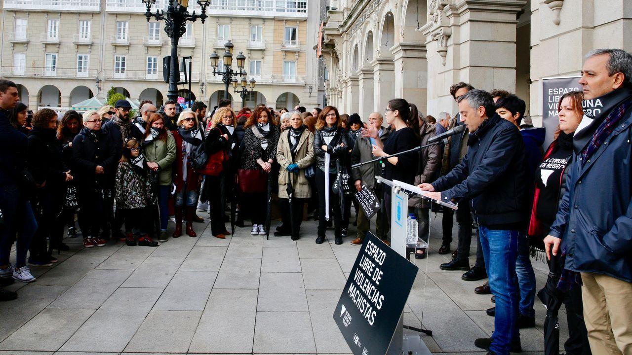 La plaza de María Pita, en negro, contra la violencia de género.